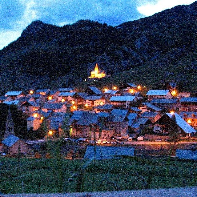 Le village de Cervières au coucher du soleil